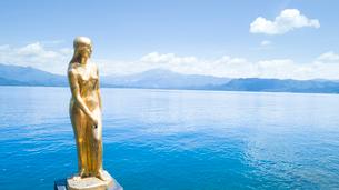 翡翠色に輝く夏の田沢湖とたつこ像の空撮の写真素材 [FYI03015904]