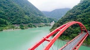 黒部峡谷に架かる新山彦橋の写真素材 [FYI03015969]