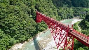 新山彦橋を走行中の黒部峡谷トロッコ列車の写真素材 [FYI03015972]