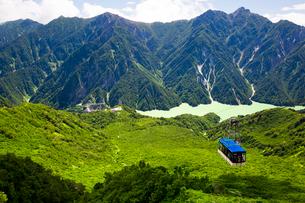 大観峰から眺める立山の風景とロープウェイの写真素材 [FYI03016032]