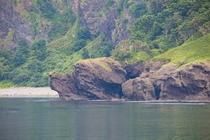 海上から見る知床の風景 イヌ岩の写真素材 [FYI03016115]