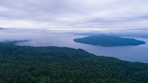 パイロット国道から眺める屈斜路湖の写真素材 [FYI03016189]