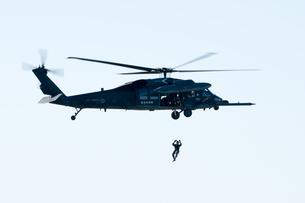レスキューヘリコプター レスキュー降下の写真素材 [FYI03016190]