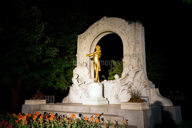 ヨハンシュトラウス市立公園の記念碑のライトアップの写真素材 [FYI03016400]