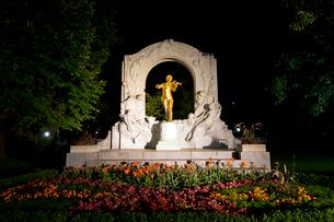 ヨハンシュトラウス市立公園の記念碑のライトアップの写真素材 [FYI03016401]
