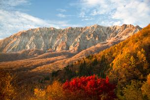 鍵掛峠から望む紅葉の大山の写真素材 [FYI03016971]