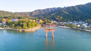 上空から眺める宮島 嚴島神社の大鳥居と社殿の写真素材 [FYI03017018]