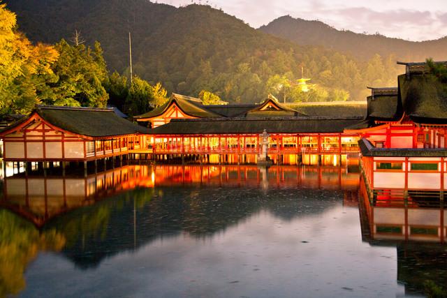 夕景の宮島 嚴島神社の社殿の写真素材 [FYI03017022]