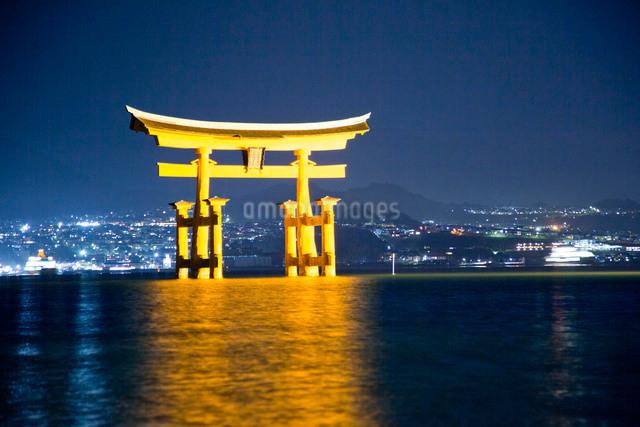 夜の宮島 嚴島神社の大鳥居 ライトアップの写真素材 [FYI03017024]