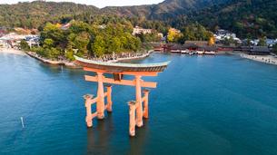上空から眺める宮島 嚴島神社の大鳥居と社殿の写真素材 [FYI03017025]