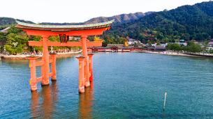 上空から眺める宮島 嚴島神社の大鳥居と社殿の写真素材 [FYI03017027]