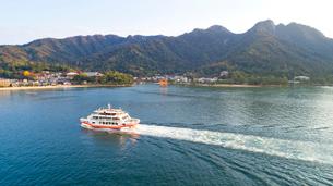 上空から眺める宮島 嚴島神社と観光船の写真素材 [FYI03017032]