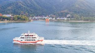 上空から眺める宮島 嚴島神社と観光船の写真素材 [FYI03017036]
