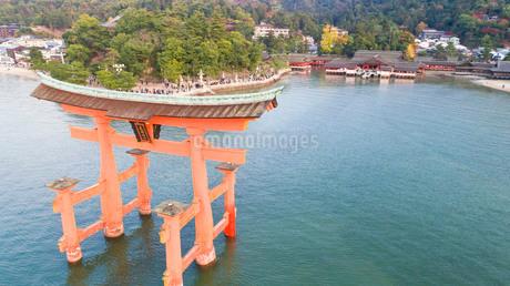 上空から眺める宮島 嚴島神社の大鳥居と社殿の写真素材 [FYI03017039]