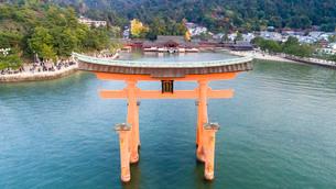 上空から眺める宮島 嚴島神社の大鳥居と社殿の写真素材 [FYI03017041]