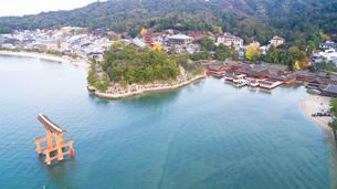 上空から眺める宮島 嚴島神社の大鳥居と社殿の写真素材 [FYI03017045]