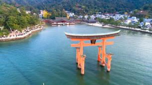 上空から眺める宮島 嚴島神社の大鳥居と社殿の写真素材 [FYI03017047]