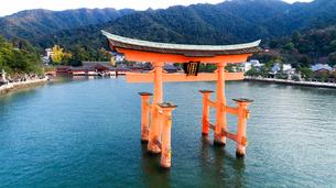 上空から眺める宮島 嚴島神社の大鳥居と社殿の写真素材 [FYI03017048]