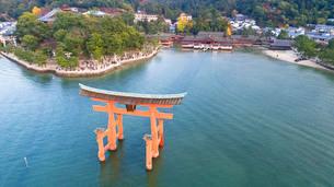 上空から眺める宮島 嚴島神社の大鳥居と社殿の写真素材 [FYI03017049]