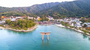 上空から眺める宮島 嚴島神社の大鳥居と社殿の写真素材 [FYI03017051]