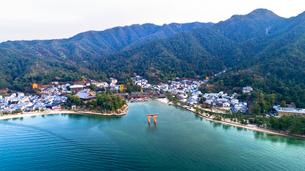 上空から眺める宮島 嚴島神社の大鳥居と社殿の写真素材 [FYI03017053]
