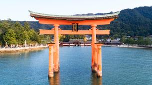 上空から眺める宮島 嚴島神社の大鳥居と社殿の写真素材 [FYI03017056]