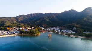 上空から眺める宮島 嚴島神社の大鳥居と社殿の写真素材 [FYI03017059]