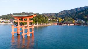 上空から眺める宮島 嚴島神社の大鳥居と社殿の写真素材 [FYI03017062]