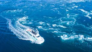 上空から眺める鳴門海峡の渦潮と鳴門大橋の写真素材 [FYI03017131]