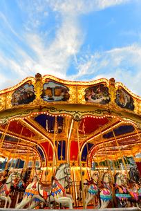 移動遊園地夕日のメリーゴーランドの写真素材 [FYI03017653]