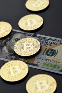 ビットコインとアメリカドル紙幣の写真素材 [FYI03017659]