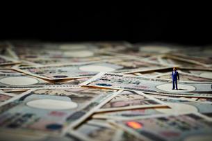 日本円紙幣とミニチュアの写真素材 [FYI03017660]