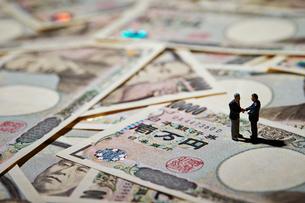 日本円紙幣とミニチュアの写真素材 [FYI03017661]