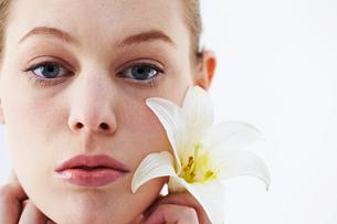 花と白人女性の写真素材 [FYI03017668]