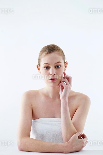 頬杖をつく白人女性の写真素材 [FYI03017670]