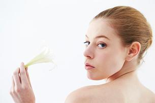 花を持つ白人女性の写真素材 [FYI03017671]