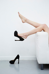 ハイヒールを脱いだ足の写真素材 [FYI03017677]