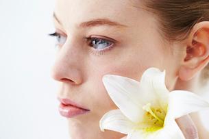 花と白人女性の写真素材 [FYI03017678]