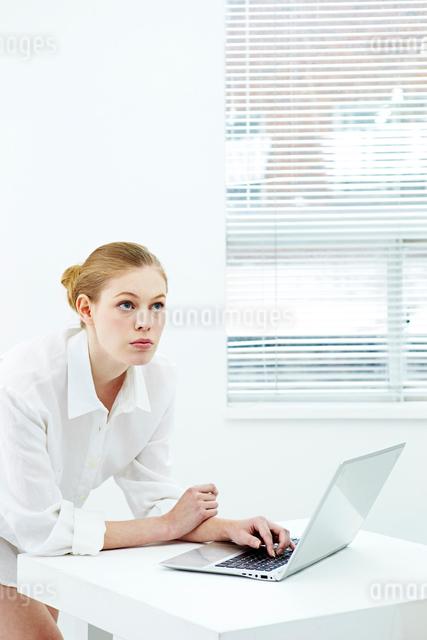 パソコンをする白人女性の写真素材 [FYI03017687]