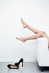 ハイヒールを脱いだ足の写真素材 [FYI03017689]