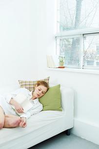 読書中に眠る白人女性の写真素材 [FYI03017699]