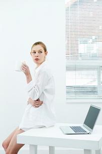 休憩する白人女性の写真素材 [FYI03017702]
