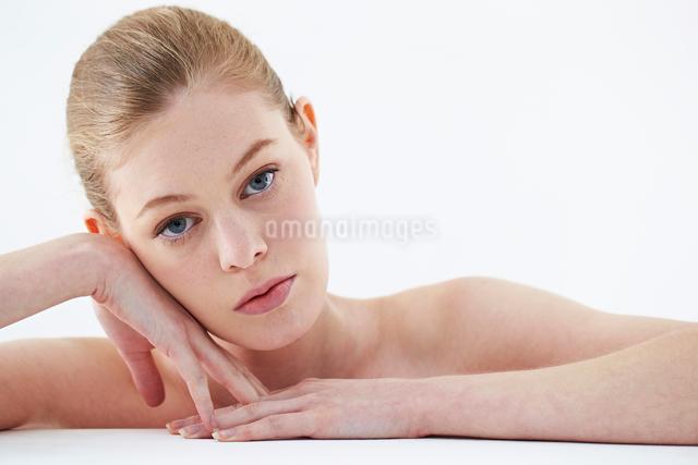 頬杖をつく白人女性の写真素材 [FYI03017707]