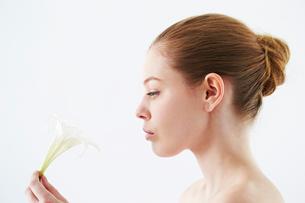 花を持つ白人女性の写真素材 [FYI03017709]