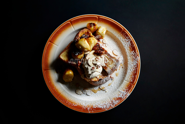 ナッツとバナナのトーストの写真素材 [FYI03017743]