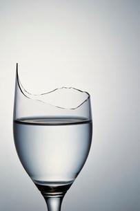 割れたグラスの写真素材 [FYI03017977]