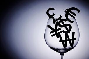 通貨記号とグラスの写真素材 [FYI03018017]