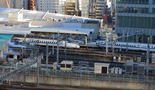 東京駅に出入りする新幹線の写真素材 [FYI03018111]