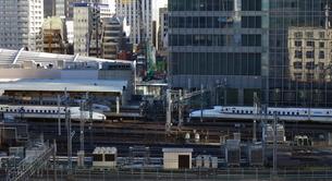 東京駅に出入りする新幹線の写真素材 [FYI03018112]