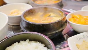 韓国ソウルの名食堂のスンドゥブ定食の写真素材 [FYI03018117]